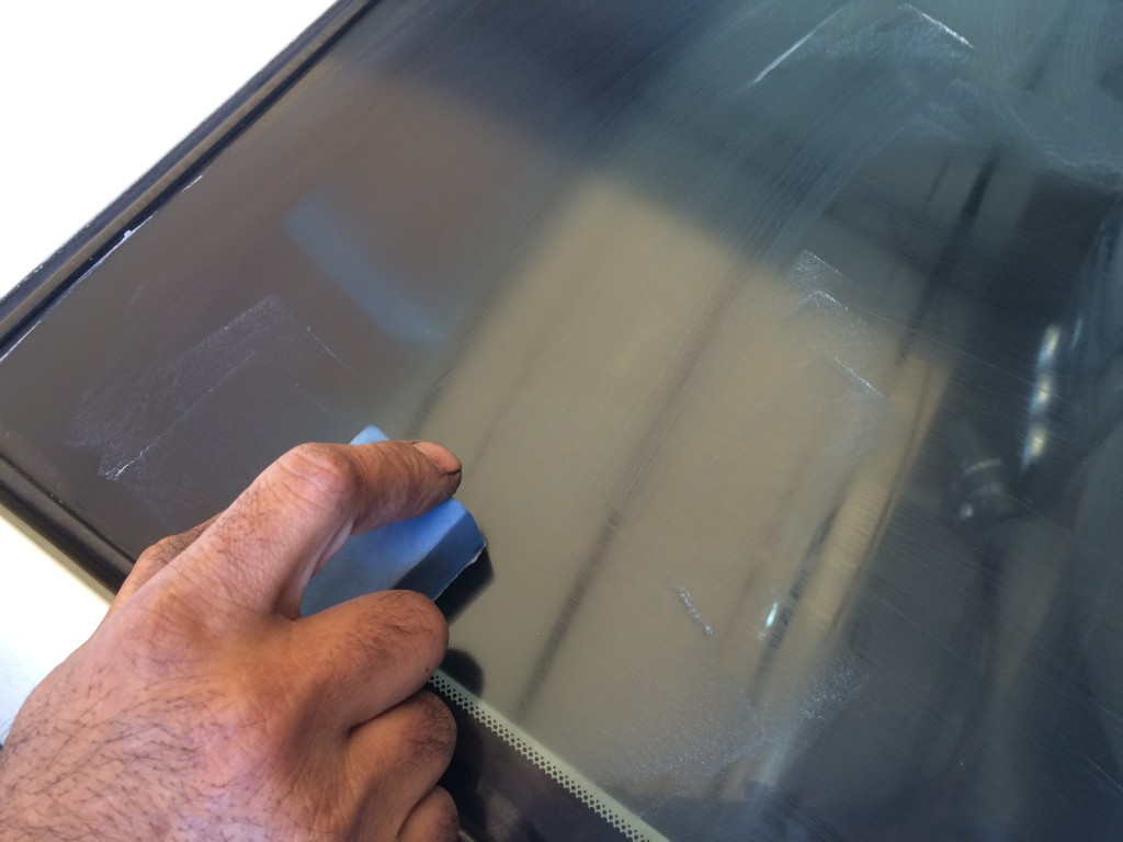車の窓を研磨する画像
