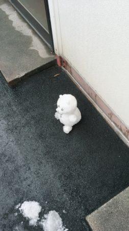 雪だるま(クマ)がちょこんと